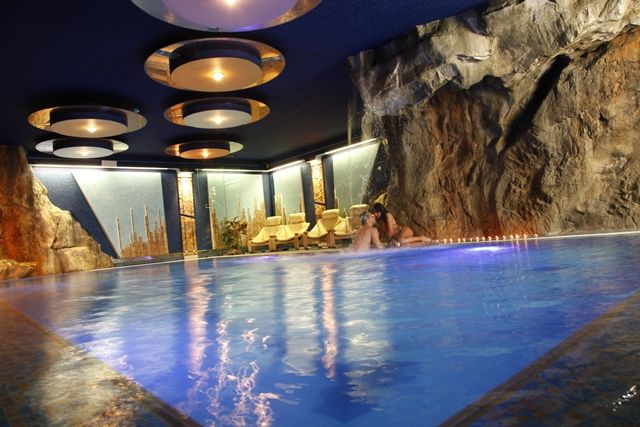 https://www.hotelmirabello.it/media/images/hotel/centro-benessere/piscina-centro-benessere-bacio.jpg